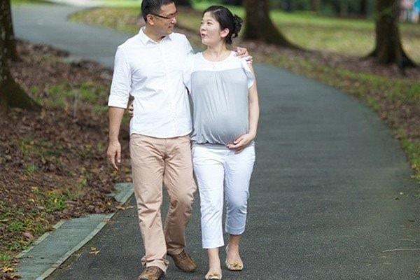 bầu bốn tháng có nên đi bộ nhiều hay không