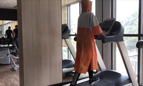 mặc áo mưa chạy bộ có giảm cân
