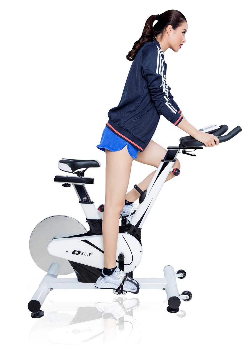 Máy đạp xe giúp Phạm Hương sở hữu vóc dáng thon gọn.