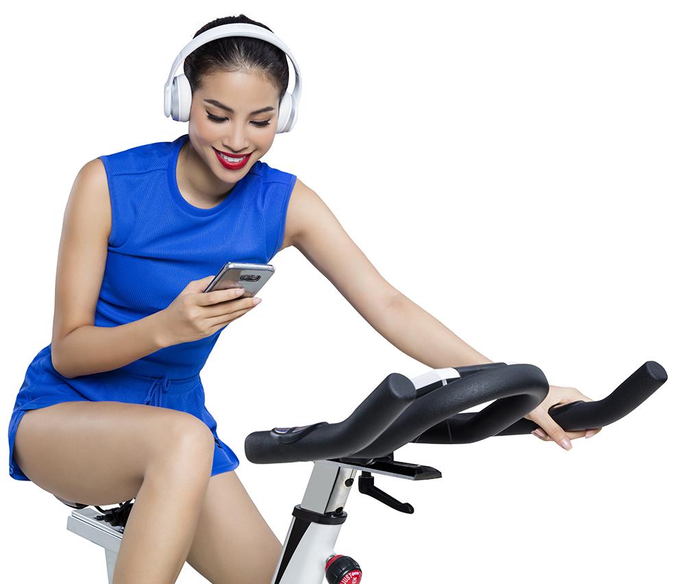 hạm Hương có sở thích vừa tận hưởng âm nhạc, vừa đạp xe nhẹ nhàng.