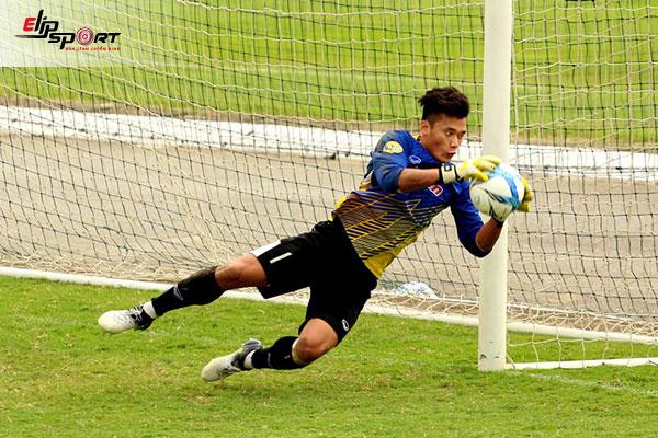 đá bóng về thủ môn có được bắt không