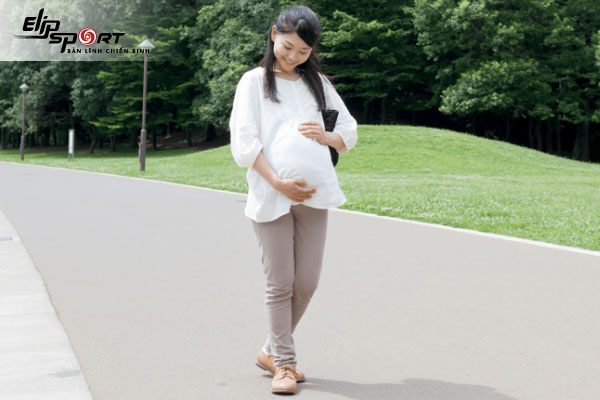 mới có thai có nên đi bộ không