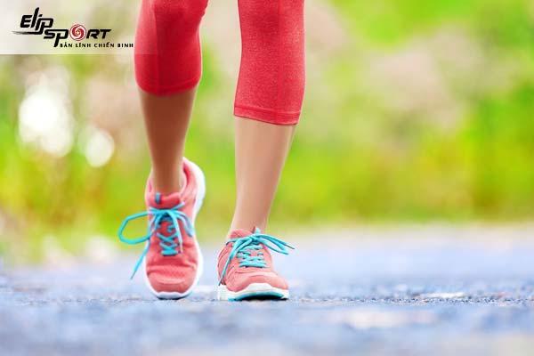 đau khớp háng có nên đi bộ