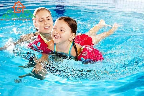 tập bơi cho bé