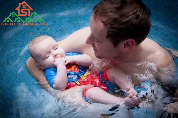 tập bơi cho trẻ sơ sinh