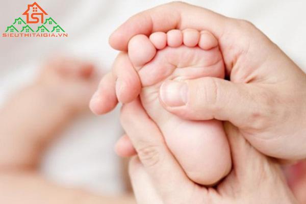 Cách massage chân cho trẻ sơ sinh giúp tăng cường tuần hoàn máu - ảnh 3