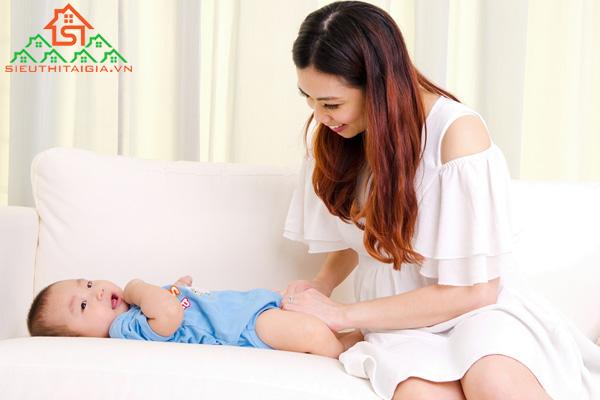 Cách massage chân cho trẻ sơ sinh giúp tăng cường tuần hoàn máu - ảnh 1