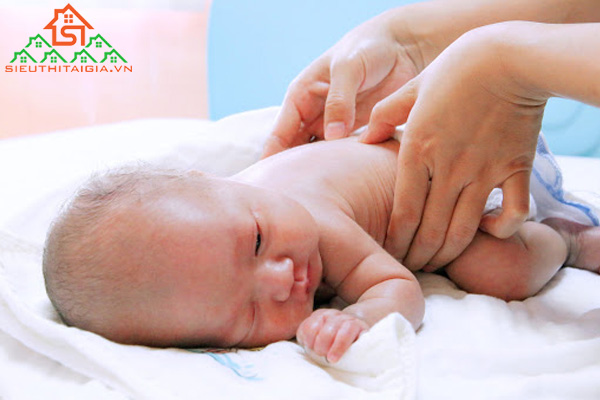 Cách massage lưng cho trẻ sơ sinh tại nhà đúng cách - ảnh 3