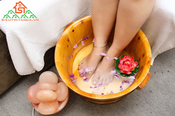 Cách sử dụng đá muối massage chân cho người hay nhức chân - ảnh 3