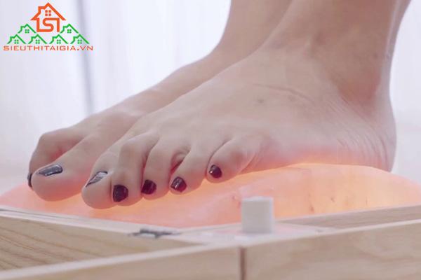 Cách sử dụng đá muối massage chân cho người hay nhức chân - ảnh 2