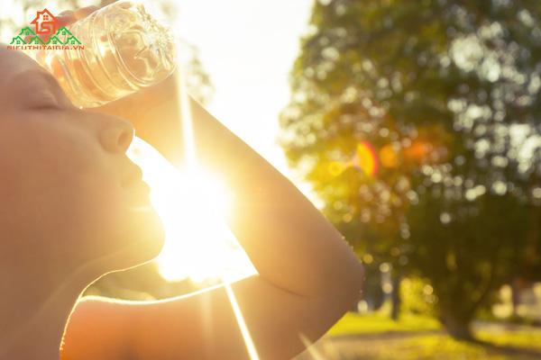 Say nắng là gì? Triệu chứng cho thấy bạn đang say nắng
