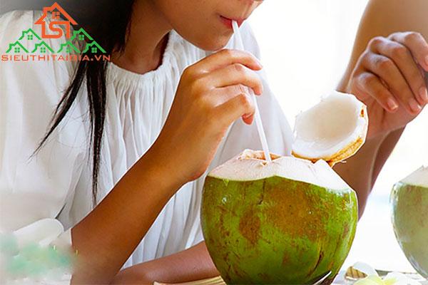 bị cảm có nên uống nước dừa