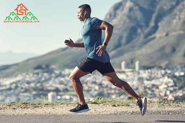 Chạy bộ có bị to chân không? Giải pháp khắc phục là gì?