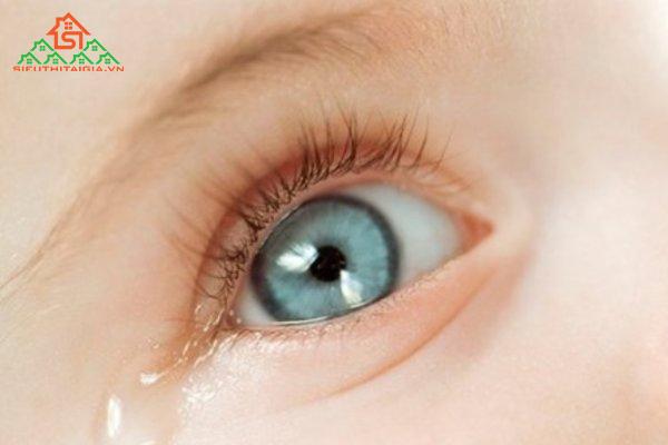 cách massage mắt cho trẻ sơ sinh