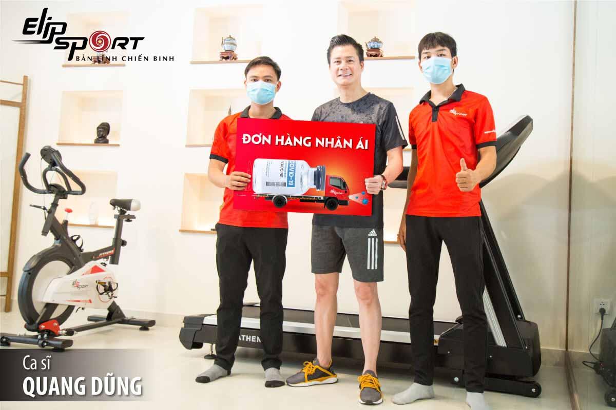 Ca sĩ Quang Dũng ghế massage